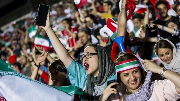 Iran gegen Spanien: Auch Frauen durften diesmal ins Teheraner Azadi-Stadion zum Public Viewing. © Stringer/AFP/Getty Images