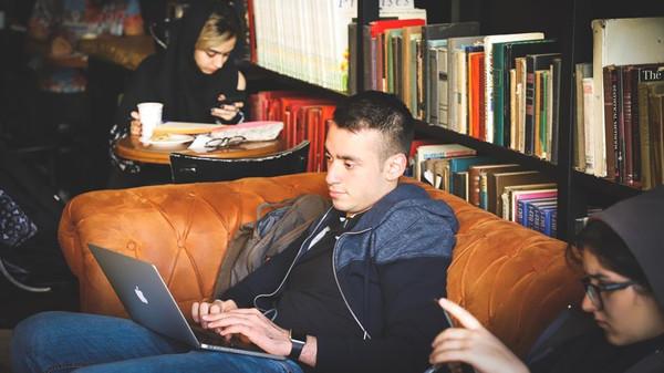 Lesen, lesen, lesen: Selbst wenn sich das Studieren später auszahlt, bleibt bei vielen Angehörigen gesellschaftlicher Minderheiten eine Unsicherheit. © Alireza Attari/unsplash.com