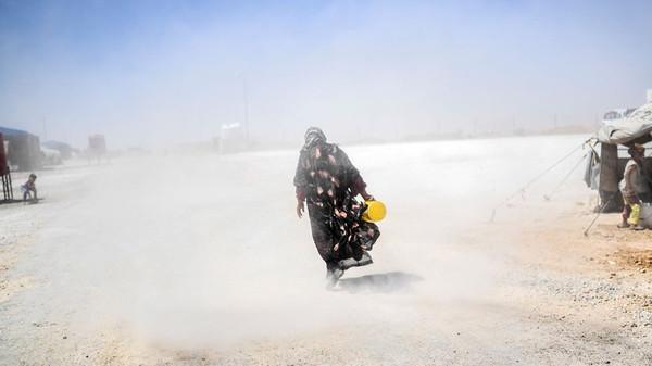 Eine Syrerin in einem temporären Flüchtlingscamp bei Rakka, 2017 © Bulent Kilic/AFP/Getty Images