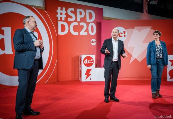 Norbert Walter-Borjans, Olaf Scholz und Saskia Esken beim #SPDDC20. (C) Photothek
