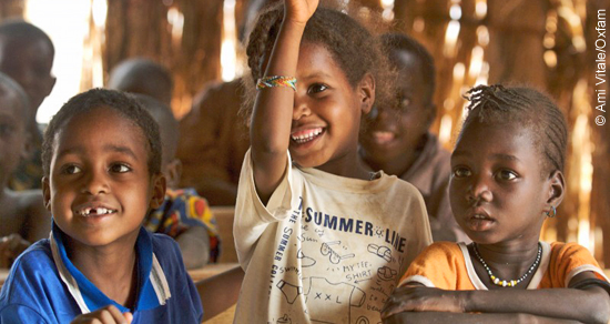 Für Mädchen in Benin errichten wir gemeinsam mit unserer Partnerorganisation ASSOVIE Klassenzimmer direkt auf den Märkten. So können sie lesen und schreiben lernen.