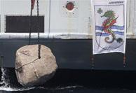 Ein Felsbrocken wird in der Klaverbank vor der holländischen Küste versenkt.