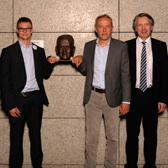 Bastian Fiedler (m:con), Christian Streich (SC Freiburg) und Johann W. Wagner (m:con) an der Sepp Herberger Büste im Mannheimer Rosengarten.