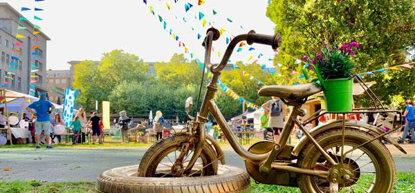 (1) goldenes Fahrrad auf einem Straßenfest