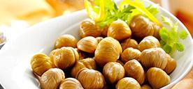 Mit unseren Geschälten Kastanien bieten wir Ihnen zarte Esskastanien, bereits blanchiert und geschält. Als aromatische Füllung für Gänse, Enten, Puten, Wildgeflügel oder als Beilage für sämtliche Fleisch- und Wildgerichte, auch in Soßen, Pürees oder sogar Süßspeisen finden diese delikaten Baumfrüchte Verwendung. Nach Bedarf entnehmbar. Zum Produkt.