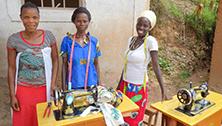 Ehemalige Kämpferinnen während ihrer Schneider-Ausbildung in Kanyosha in Bujumbura Rural