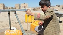 Der 11-jährige Mujahed (Name geändert) lebt mit seiner Familie und hunderten von anderen Binnenvertriebenen im Huth-Camp im Jemen